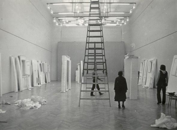 Erzsébet Schaár installing the exhibition Photo: János Gulyás (courtesy of János Gulyás and Szent István Király Museum)
