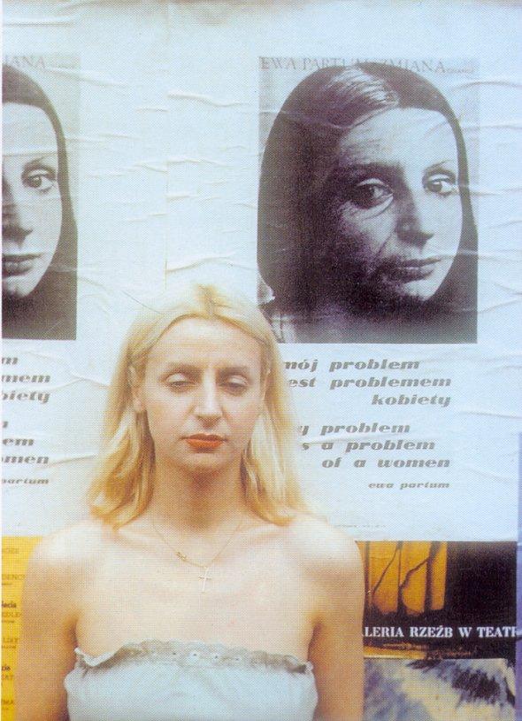 ewa-partum-na-tle-pracy-portret-emfatyczny-warszawa-1978