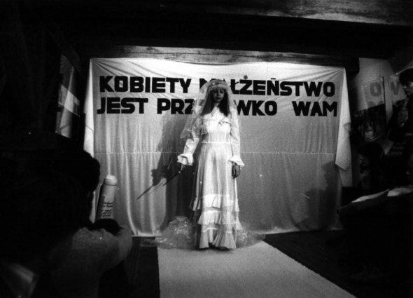 Ewa Partum, Women marrige is against you!, performance.